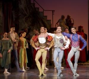 Kaloyan Boyadjiev som Romeo. Kristian Ruutu i midten som Mercutio samt sist, men ikke minst Lucas Lima som Benvolio. Et vellykket trekløver med mye virtuositet og glimt i øyet. Foto: Erik Berg.