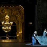 Michaela Kaune (Die Gräfin), ses habilleuses et Laura Hecquet (Eine junge Tänzerin) au second plan. Foto: Elisa Haberer.