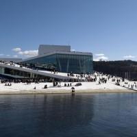Den Norske Operas & Balletts praktbygning i hvit marmor i Bjørvika, fotografert en dag med mange besøkende utenfor og på taket av operaens fotograf Erik Berg.