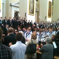 Sølvguttene forlater Katedralen i Vilnius til applaus fra publikum. Foto: Henning Høholt