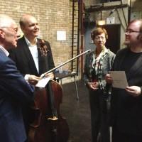 Norges Ambassadørpar Tarald (tv) og Lise Brautaset sammen med Truls Mørk (med celloen) og Christian Ihle Hadland. Foto Henning Høholt
