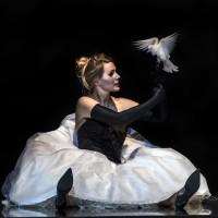 Hoffmanns Muse: Niklausse: Ingeborg Gillebo her med en Hvit due, Foto: Erik Berg