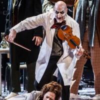 Svein Erik Sagbråten tolker rollen som Døden, her i skikkelse av fiolinist sammen med Mimi, Schaunard og Coline. Foto: Erik Berg