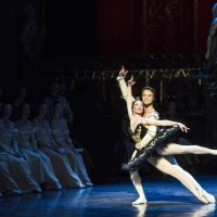 Julie Gardette som Odile og Paulo Arrais som prinsen. Foto: Erik Berg
