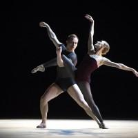 Yolanda Correa og Aarne Kristian Ruutu i Bella Figura, en av tre balletter i forestillingen Mesteraften med Jiří Kylián. Foto Jörg Wiesner.