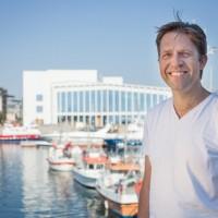 Leif Ove Andsnes foran Stormen Konserthus i Bodø