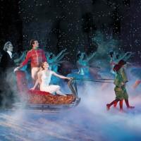 Drosselmeyer (Ole Willy Falkhaugen), Prinsen (Kaloyan Boyadjiev) og Clara (Emma Lloyd), dansere fra Ballettskolen og Nasjonalballetten i Nøtteknekkeren. Foto. Erik Berg, Den Norske Opera & Ballett.