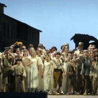 Carmen, kor og barnekor. Fotos: © Bettina Stöß, Deutsche Opera, Berlin