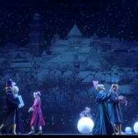 Nutcracker, romantic opening part, with a large wall painting of old Vilnius, and familius on their way to the Christmas barty by the Stahlbaum family. Foto: Martynas Aleksa