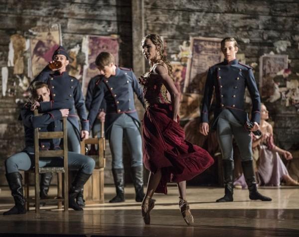 Eugenie Skilnand, vakker, forførende, frekk som Carmen omgitt av soldater fra Nasjonalballetten., foto Erik Berg