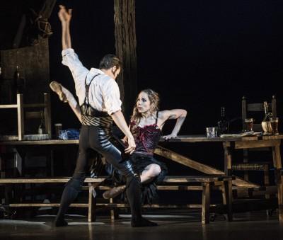 Eugenie Skilnand forførende som Carmen og Liam scarlett som Don José i kjærlighets pas de deux´en i andre akten  . Foto Erik Berg