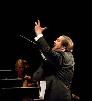 John Helmer Fiore, Operaens praktfulle og inspirerende musikksjef, som dessverre med Lohengrin gjennomfører sin siste produksjon ved Operaen. Han vil bli savnet    <div title=