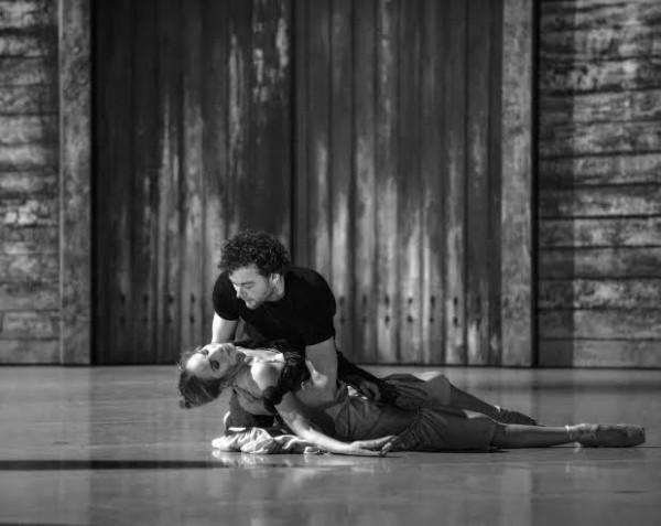 Liam Scarlett og Eugenie Skilnand i siste akt av Carmen. Foto Erik Berg