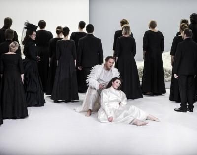 Ortrud_ELENA-ZHIDKOVA;Lohengrin_PAUL- GROVES; Elsa_NINA-GRAVROK; Operakoret. Foto: Erik Berg