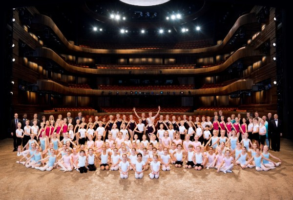 Ballettskolen 50 år, her alle medvirkende på  scenen, samt pedagoger og repetitører. Foto Erik Berg