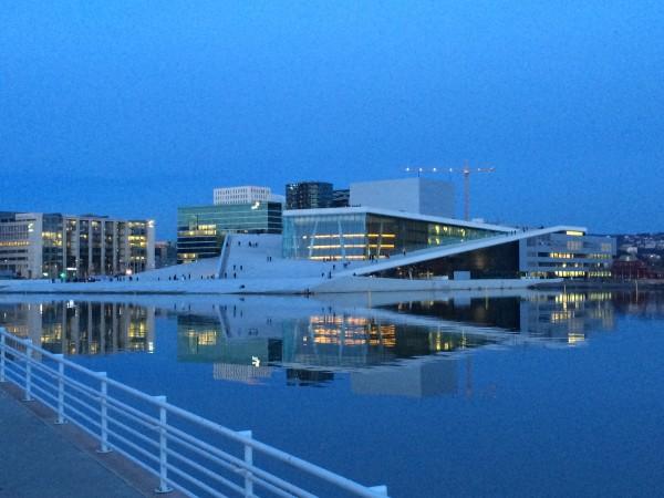 Den Norske Opera og Ballet, Bjørvika, Oslo i vakkert kveldslys. Operaen nettopp på det tidspunkt hvor publikum ankommer til kveldens forestilling i en kald februar måned.. Arkiv Foto  Henning Høholt, 21.2.2015