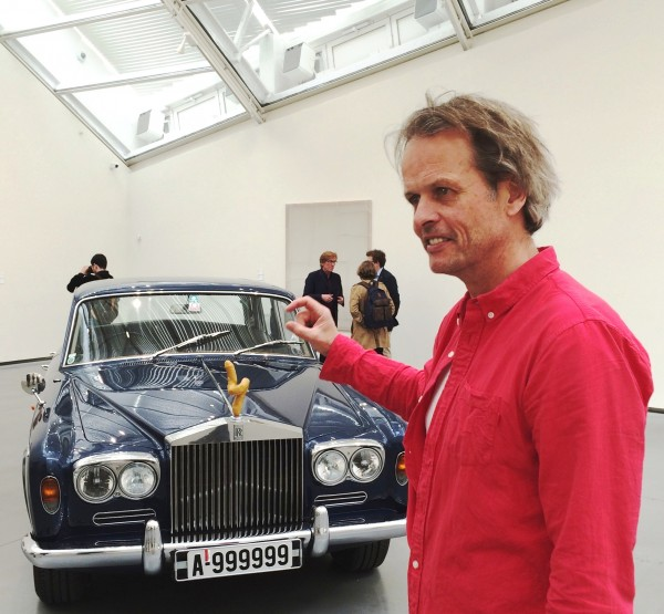 Erling Kagge tar grepet om Franz West skulptur på Rolls Royce 1970 modellen. Den penis liknende skulpturen er en av en samling på 6 stykker med forskjellig utseende og farge, hvorav denne er den mest berømte. Foto Henning Høholt