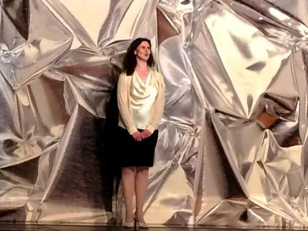 BAlletsjef Ingrid Lorentzen byr velkommen til Mesteraften 2015 og inviterer oublikum til premierefest i foyeren etterpå    <div title=