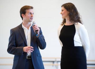 Kaloyan Boyadjiev, solist i Nasjonalballetten leder UNG, her sammen med Ingrid Lorentzen, ballttsjef under presentasjonen. Foto Jörg Wiesner