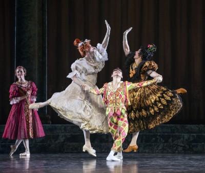 """Gakuro Matsui med sine to """"kavalerer"""", de to stedsøstre til Askepott, forrykende danset av Kari Fréyr Bjørnsson og Aarne Kristian Ruutu. Foto: Erik Berg"""
