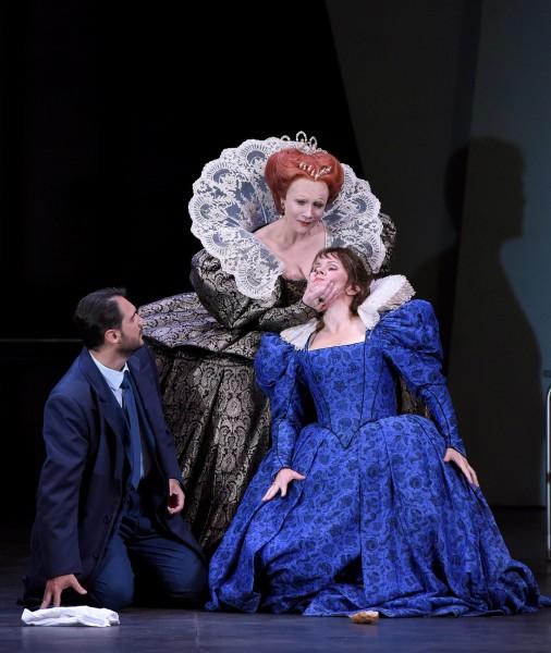 Aleksandra Kurzak (right) as Maria Stuart at Theatre des Champs Elysees 2015, center Carmen Giannattasio s Elisabteh 1. and left Francesco Colombara as Robert Dudley. .foto Vincent Ponte.