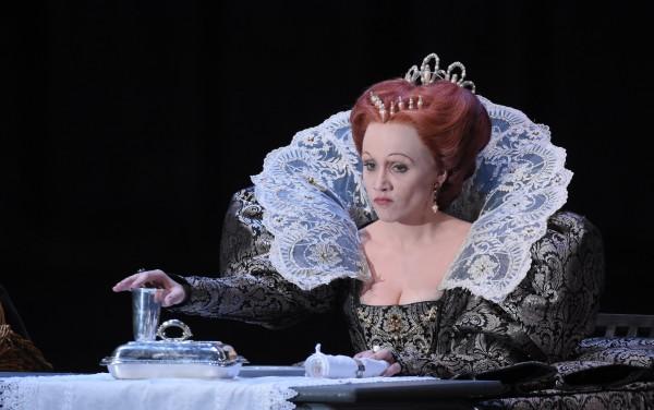 Aleksandra Kurzak as  Carmen Giannattasio as Elisabeth in Donizetti´s Maria Stuart at Theatre des Champs Elysees 2015. foto Vincent Pontet