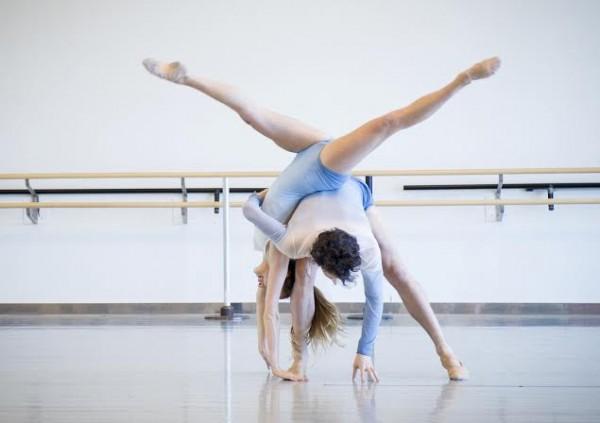 Luca Curelli og Sofia Skjønneberg, to av danserne i Nasjonalballetten UNG. Foto: Jörg Wiesner, Den Norske Opera & Ballett.