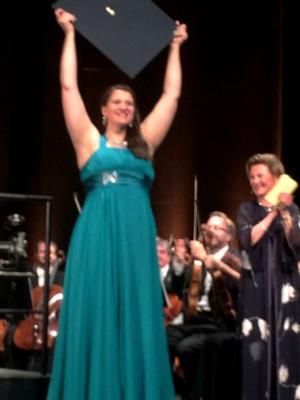 Lise Davidsen lykkelig for 1. prisen i Dronning Sonjas Internationale Sang Konkurraense i Oslo, 21.8.2015. Foto Henning Høholt