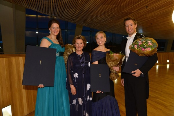 HM Dronning Sonja med Lise Davidsen (1.pris) til venstre og Elsa Dreisig (2.pris) og Yuriy Yurchuk (3.pris). Foto Marius Nyheim Kristoffersen