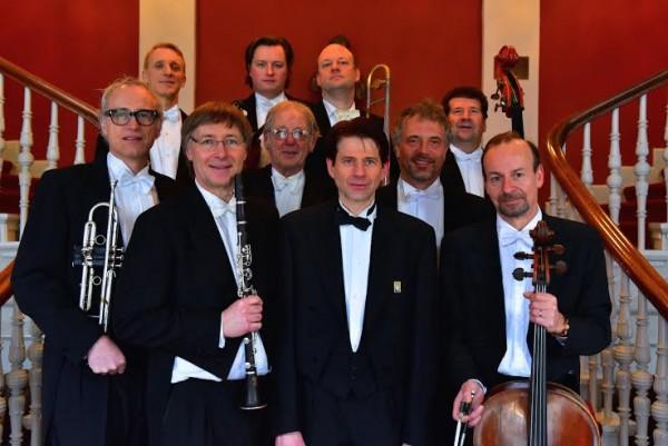 Ophelia Ragtime Orchestra med pianisten og lederen Morten Gunnar Larsen i midten.