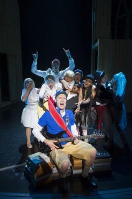 Ola G. Furuseth parodierer kronprinsen på gitar. Foto Dag Jenssen