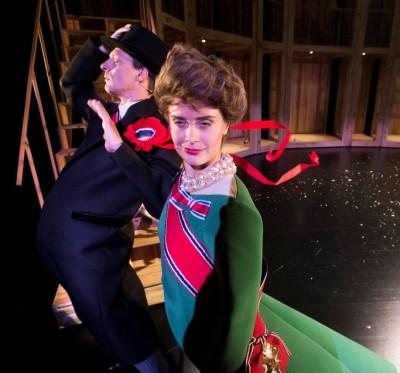 Ola G Furuseth som kong Harald og Mareika Wang som dronning Sonja i kraftig motvind på scenen, foto Dag Jenssen