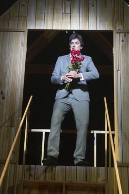 Pål Christian Eggen som Jens Stoltenberg, gjør sin entre, men unngår å svare på giftemålsspørsmålet. Fot Dag Jenssen