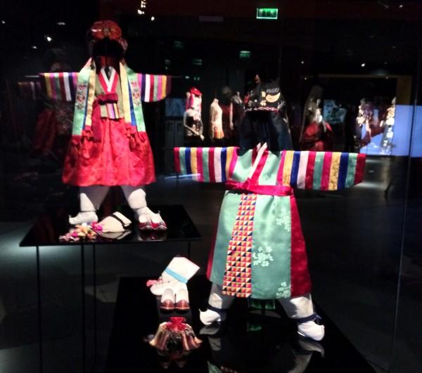 Folcloristic inspired children outfits. Foto Henning Høholt