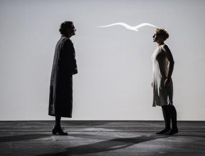 Sterkeblikk utveksles emllom moren - Hege Høisæther og Katja - Kari Postmo, mens Katja hele tiden tenker på å flyve bort. Foto Erik Berg