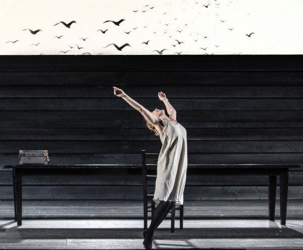 Katja Kabanova - Kari Postma drømmer om å kunne fly sin vei. Foto Erik Berg