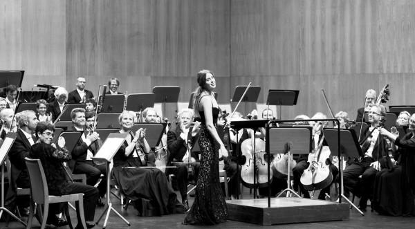 Oslo Philharmonic Orchestra in Santander, Spain, in front Vilde Frang Bjerke, who was vilolinsoloist in Brahms violinconcerto , Left the two concertmasters Elise Båtnes and Terje Tønnesen  . foto Emilija Temirkulovaite.