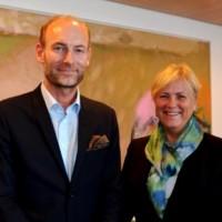 Utvalgsleder Knut Olav Åmås og kulturminister Thorhild Widvey. Foto: Wenche Nybo/Kulturdepartementet