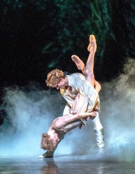 Eugenie Skilnand som Manon og Douwe Dekkers som Des Grieux i siste scene av Manon, 16.10.2015. Foto Den Norske Opera og Ballett.