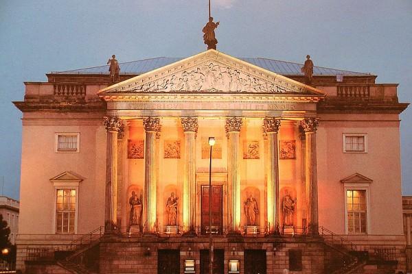 Staatsoper Berlin, by nacht  .
