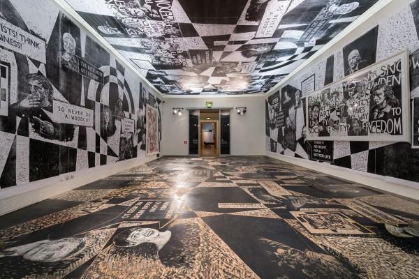 Det siste rommet i utstillingen er overlatt til den tyske billedkunstneren Thomas Kilpper. Han har arbeidet på treplater som dekker hele gulvet. Foto Annar Bjørgli, Nasjonalmuseet