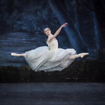 Grete Sofie Borud Nybakken som Myrtha i langt luftig sprang, i Cynthia Harvey's reproduksjon av Giselle. Foto Erik Berg