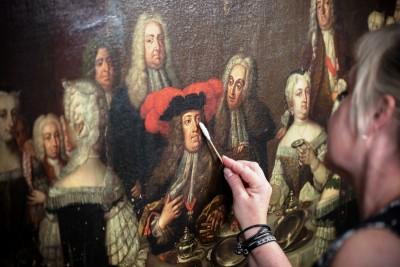 I atellieret på Statens Museum for Kunst arbeider konservatorer med å restaurere på bildet.