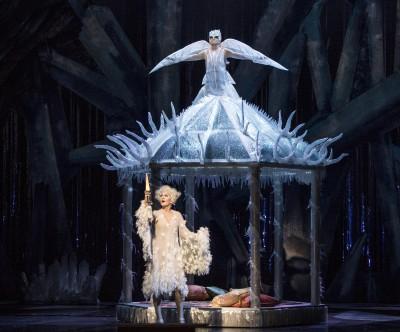 Nattens Dronning (flyvende) og Pamina (nederst= i Alexander Mørk-Eidems eventyrlige versjon av Tullefløyten. Foto Erik Berg