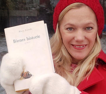 Maja Lunde med sin egen bok: Bienes historie som vant Bokhandlerprisen 2015 og nå stpr på topp på Der Spiegels liste. Foto Aschehoug