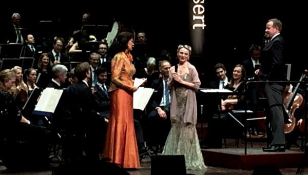 Julia Novikova blir intervievet av Åse Kleveland, th Markus Lehtinen, foto Tomas Bagackas