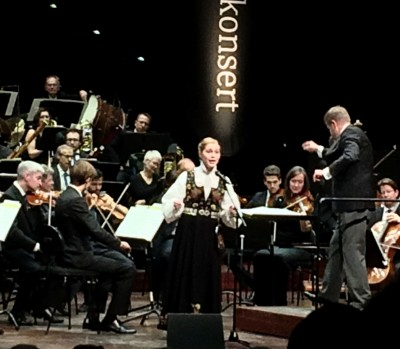 Marit Midtli med KORK dirigert av Markus Lehtinen synger Farvel min venn, foto Tomas Bagackas