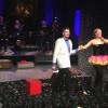 Stefan Ibsen Zlatanos, musikalsk leder, presenteres av Stina Levvel. Bak det vell klingende orkester- til venstre Thomas Ruud. Foto Henning Høholt