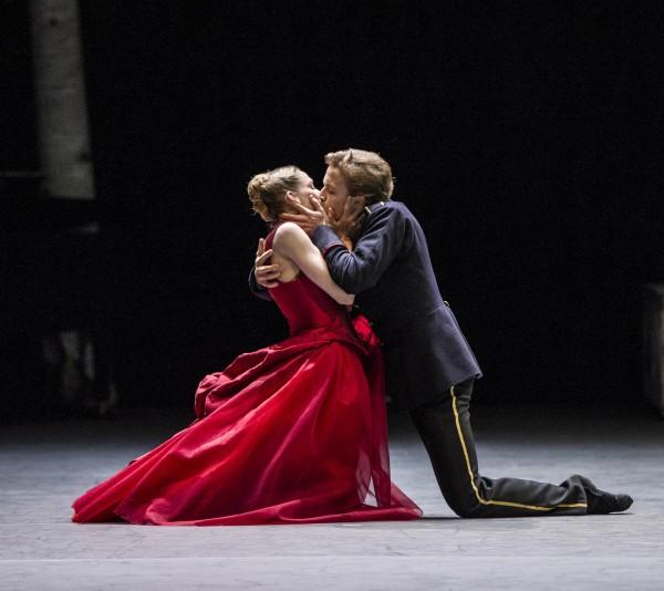 Eugenie Skilnand som Anna Karenina og Douwe Dekkers som Vronskij. Foto: Erik Berg.