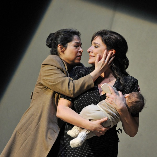 Cecilia Bartoli (right) with rival Rebeca Olivera. Problem: what does a virgin do with her child? Foto: H. J. Michel